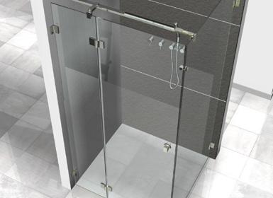 Dusche in der Ecke mit einer Tür