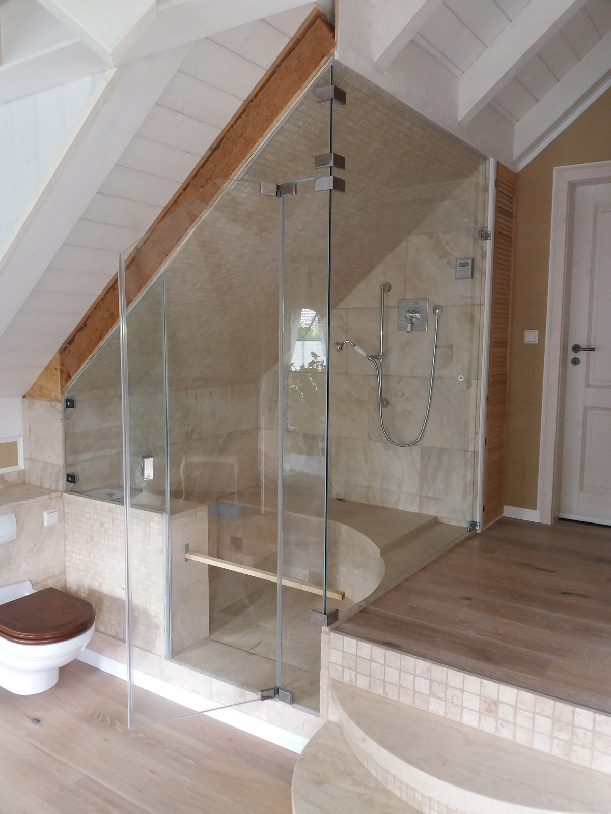 große Dusche mit Sitzmöglichkeit