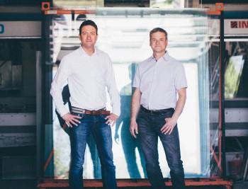 Steffen Noack und Christian Noack in der Produktionshalle in Weißwasser