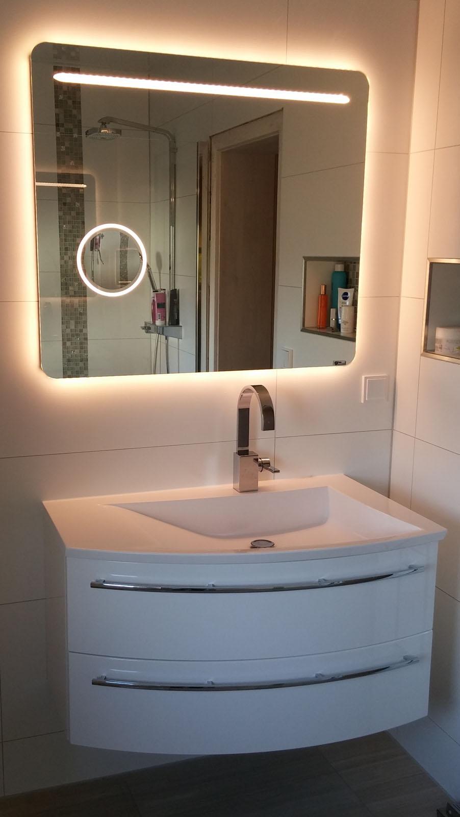 Spiegel mit Ambientebeleuchtung, Lichtstreifen und Kosmetikspiegel