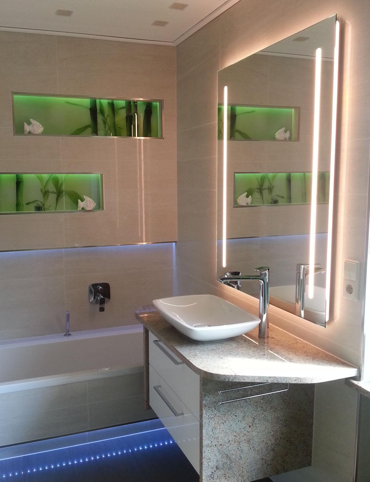 Spiegel mit Ambientebeleuchtung und Lichtstreifen links und rechts
