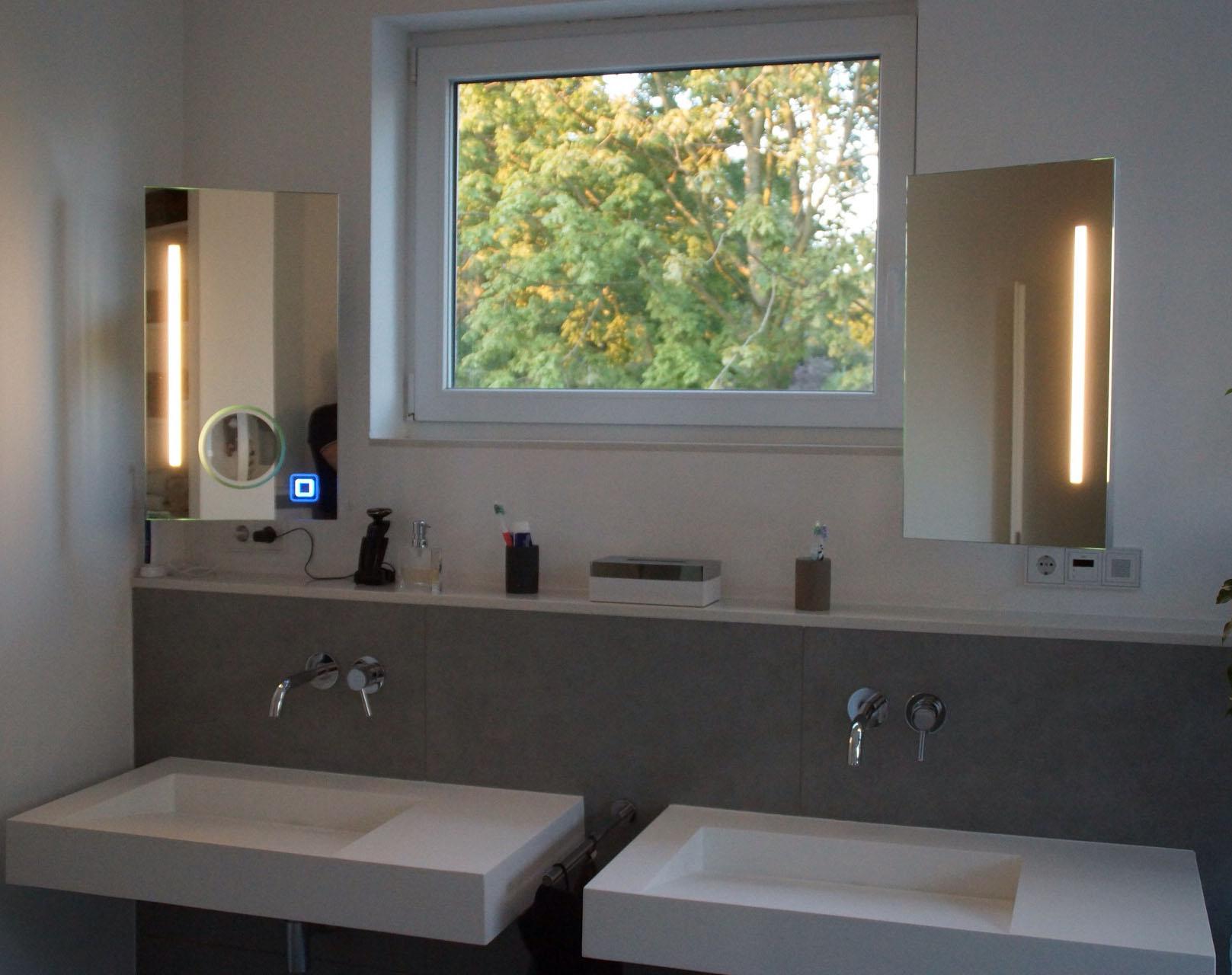Spiegel mit Kosmetikspiegel und Sensor