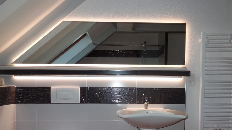 Spiegel mit Ambientebeleuchtung
