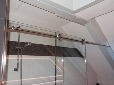 Schiebetürsystem fürs Bad mit Laufschiene