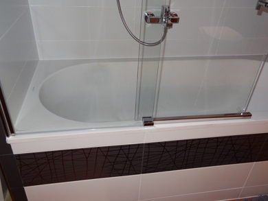 Schiebetür in Profil auf Badewanne
