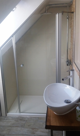Dusche in Dachschräge maßgefertigt
