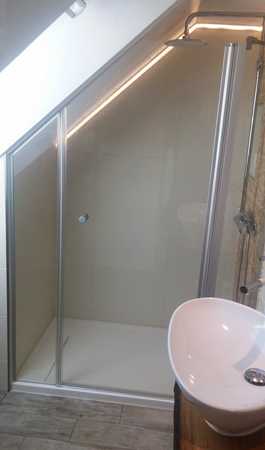 Dachschräge mit maßgefertigter Dusche