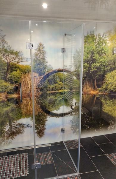 Eckdusche mit bedruckter Glasrückwand