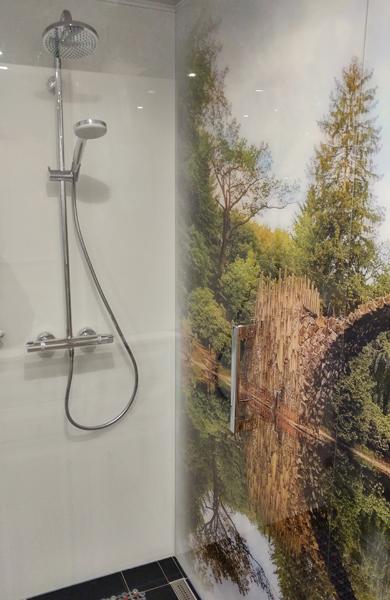 Bedruckte Glasrückwand in einer Dusche